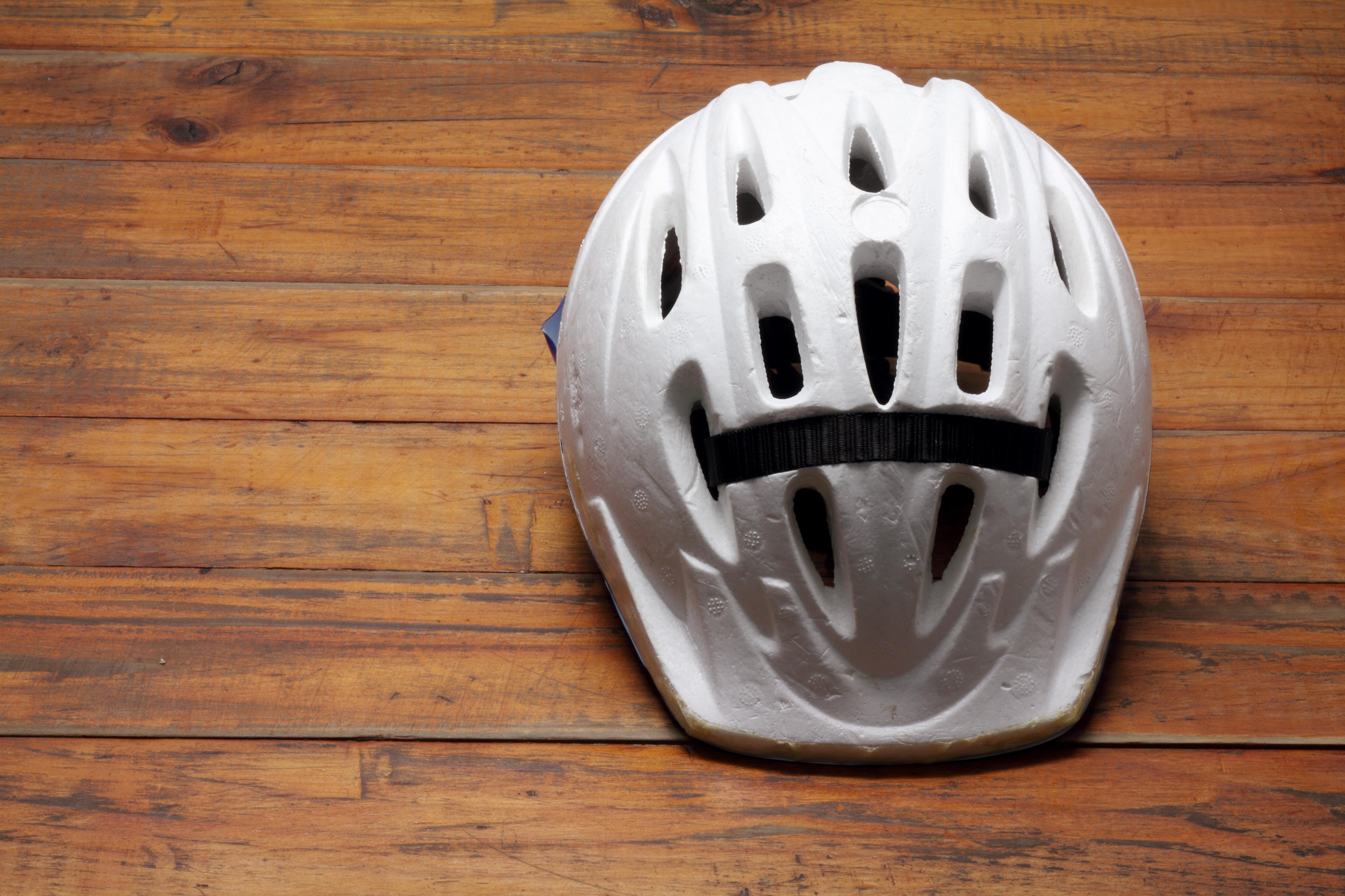 biały kask rowerowy